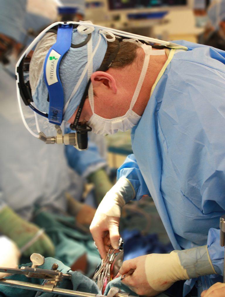 Féminiser une voix, chirurgie ou logopédie ?