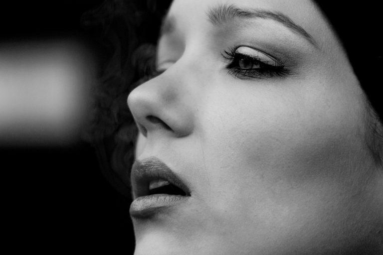 Tabaco y feminización de la voz