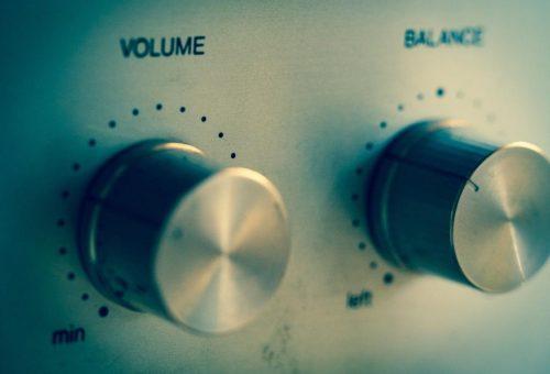 el volumen y la feminización de la voz